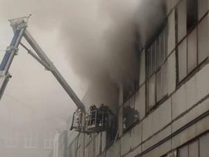 Крупный пожар вспыхнул в здании на улице Интернациональной