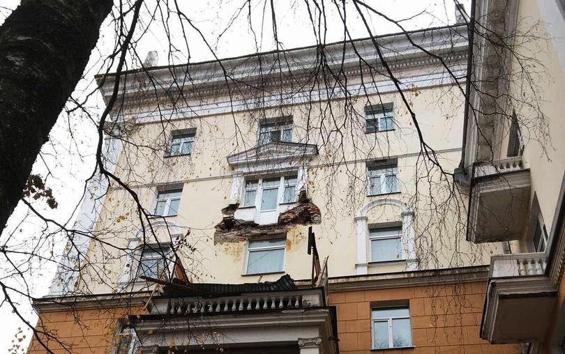 Балкон обвалился на историческом здании в Нижнем Новгороде - фото 1