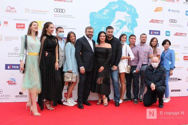 Маски на красной дорожке: звезды кино приехали на «Горький fest» в Нижний Новгород - фото 83