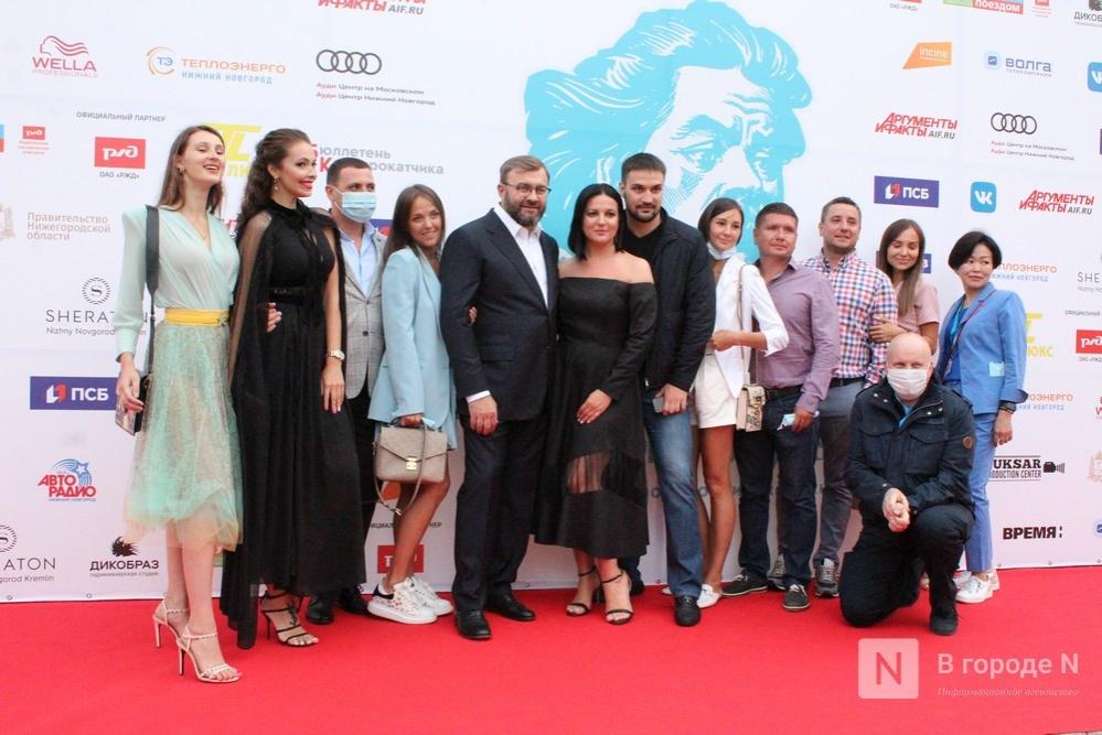 Маски на красной дорожке: звезды кино приехали на «Горький fest» в Нижний Новгород - фото 2