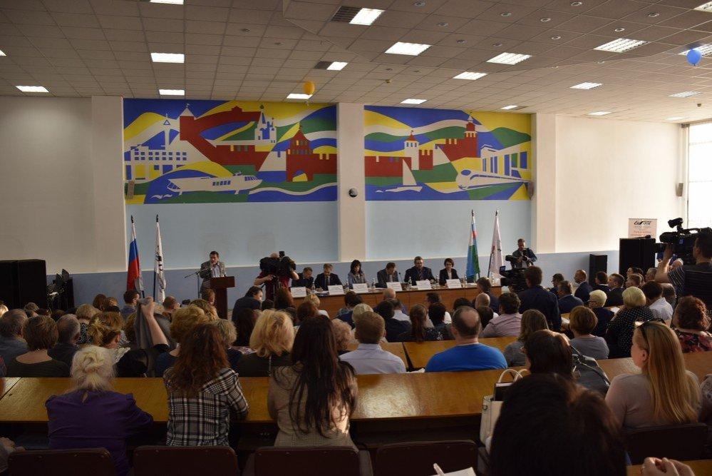 Столбы без фонарей и падающие потолки: жители Ленинского района рассказали мэру о своих невзгодах - фото 1