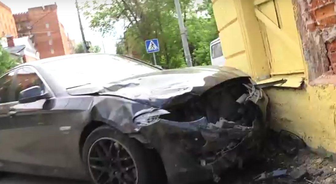 Иномарка въехала в жилой дом после столкновения в центре Нижнего Новгорода - фото 1