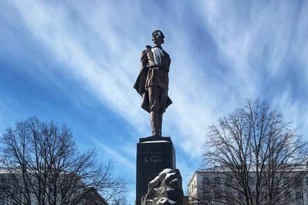 Правнук Горького возложил цветы к памятнику писателя в Нижнем Новгороде
