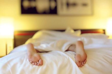 Почему мы вздрагиваем, когда спим?