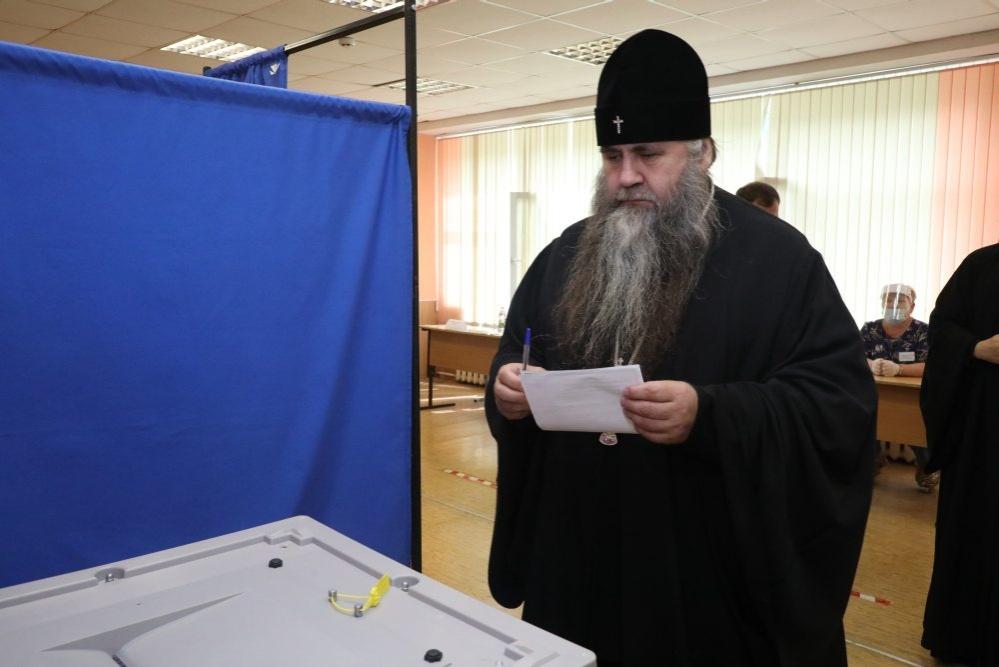 Митрополит Нижегородский и Арзамасский проголосовал по поправкам в Конституцию на избирательном участке - фото 1