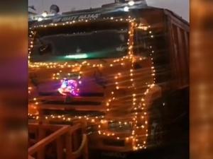 Новогодний грузовик вышел на уборку снега в Нижнем Новгороде