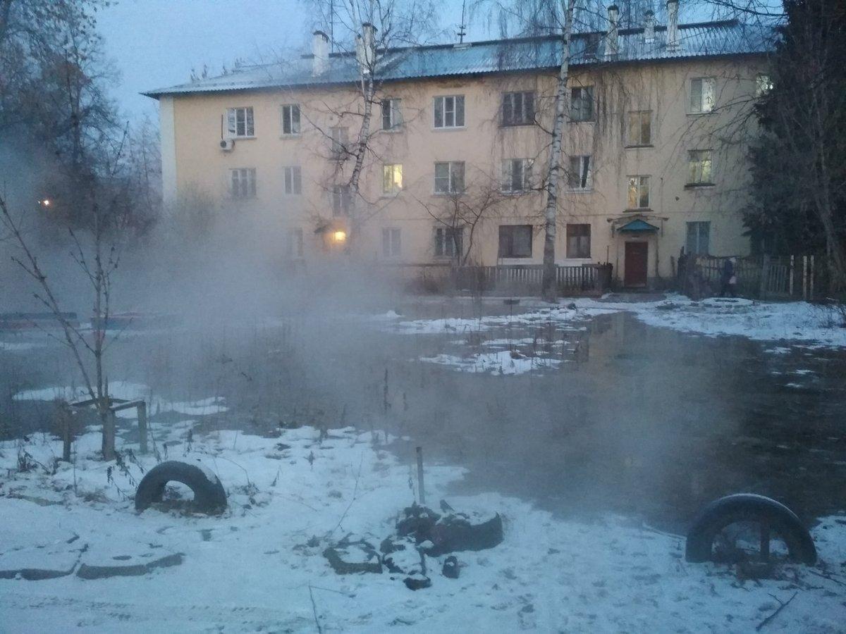 В Автозаводском районе прорвало трубу с горячей водой - фото 1