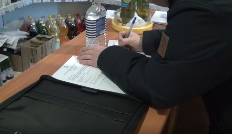 250 литров подозрительного алкоголя изъяли из двух магазинов в центре Нижнего Новгорода - фото 4