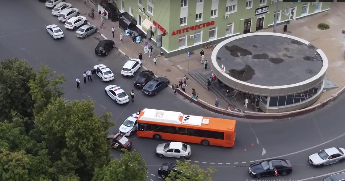 Автобус столкнулся с машиной ДПС в Нижнем Новгороде - фото 1