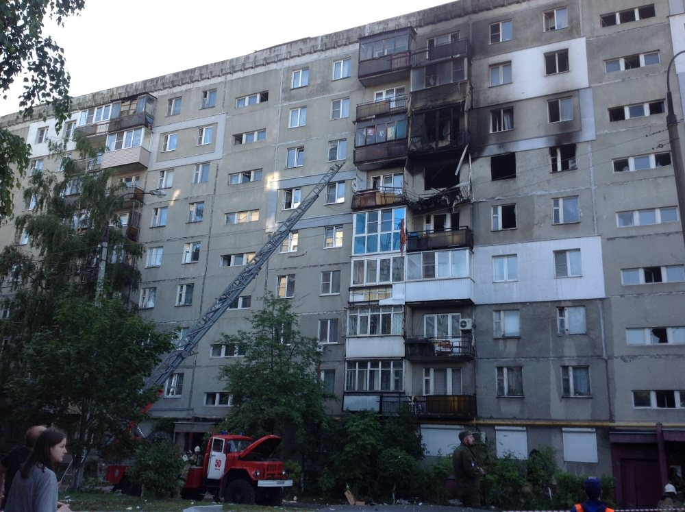 Три человека пострадали при взрыве газа в жилой многоэтажке на Автозаводе - фото 1