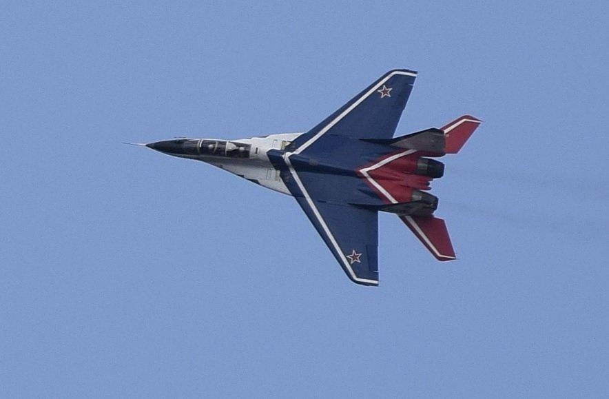 Фигуры высшего пилотажа показал «МиГ-29» над Нижним Новгородом в День Победы - фото 1
