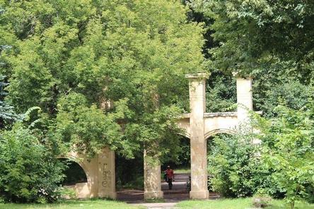 Декоративные элементы ограды парка «Швейцария» разрушены на 80%