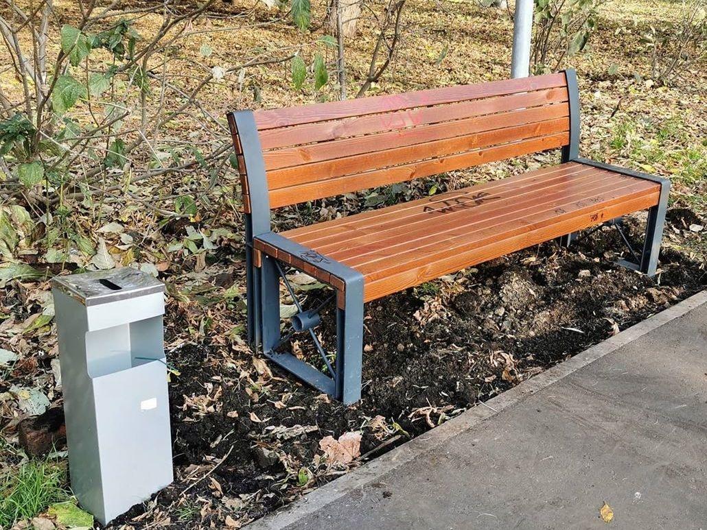 Скамейки в сквере на Усилова крепят в течение трех недель - фото 1