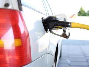 Почему нефть подешевела, а бензин — нет