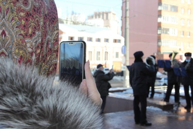 Оркестр полицейского главка поздравил нижегородок с 8 марта - фото 2